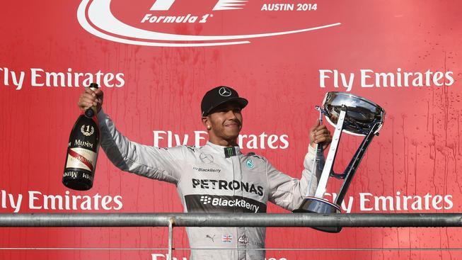 Lewis Hamilton s trofejí pro vítěze Velké ceny USA