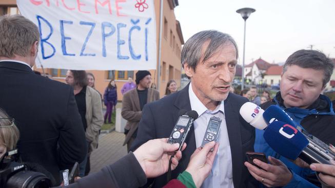 Na místo výbuchu muničního skladu dorazil ministr obrany Martin Stropnický