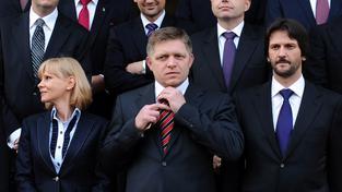 Ficova vláda při jmenování; ministryně zdravotnictví Zuzana Zvolenská vlevo po boku premiéra