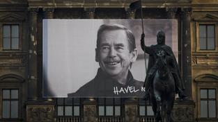 Václav Havel na plakátu, který visí na Národním muzeu
