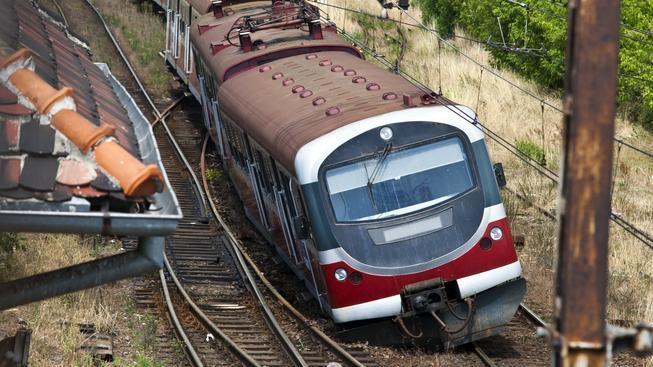 Vykolejení pracovního vozidla v Úvalech u Prahy zastavilo dnes ráno zhruba na tři a půl hodiny provoz na hlavní trati mezi Prahou a Kolínem.