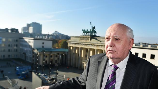 Bývalý vůdce Sovětského svazu Michail Gorbačov před Braniborskou bránou, v místech, kde vedla Berlínská zeď.