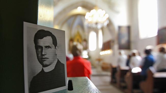 Kostel v Číhošti, kde sloužil farář Josef Toufar (na portrétu)