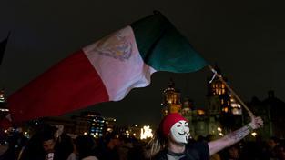 Po oznámení úřadů o pozabíjení skupiny studentů zaplavily Mexiko demonstrace
