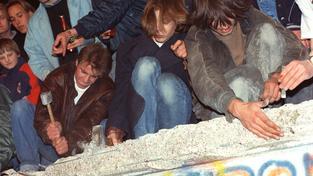 Obyvatelé Západního Berlína demontují zeď. Dobový snímek