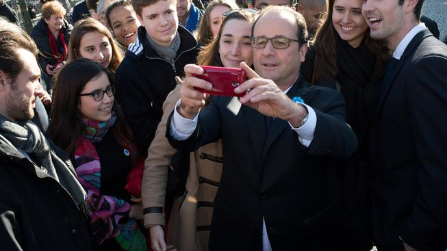 Francouzský prezident Francois Hollande se fotografuje se svými přiznivci