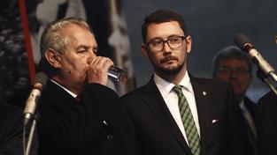Miloš Zeman se posilňuje při veřejném vystoupení 17.listopadu