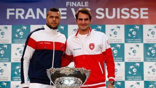 Roger Federer (vpravo) ve druhé finálové dvouhře vyzve Jo-Wilfrieda Tsongu
