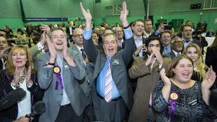 Nigel Farage se svými stoupenci oslavuje vítězství Marka Recklesse