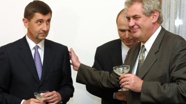 Andrej Babiš a Miloš Zeman v roce 2002 při podepsání smlouvy o prodeji Unipetrolu