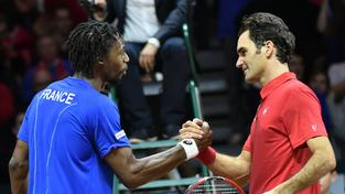 Gaël Monfils (v modrém) si hladce poradil s Rogerem Federerem