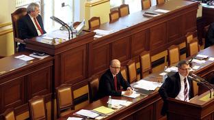 """Je Bohuslav Sobotka se svým názorem na zvýšení platu skutečně sám? Nebo jen spoléhá na to, že ho ostatní přehlasují a on si tak zachová tvář """"lidského"""" politika?"""