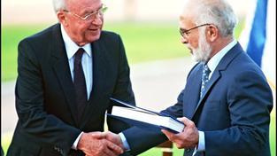 Izraelský premiér Jicchak Rabin a jordánský král Husajn I. při podepsání mírové smlouvy v roce 1994