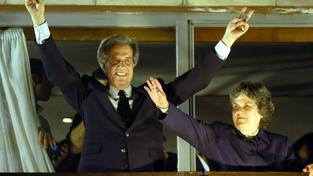 Favoritem je Tabaré Vázquez (na snímku s manželkou), který už jednou prezidentem Uruguaye byl