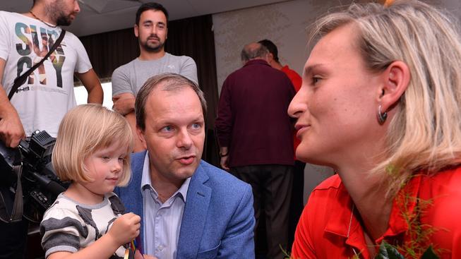 Ministr Chládek se rád fotí s dětmi a slavnými sportovci. Na snímku s atletkou Barborou Špotákovou