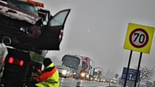 Ledovka na silnicích způsobuje desítky až stovky nehod po celé republice. (ilustrační snímek)