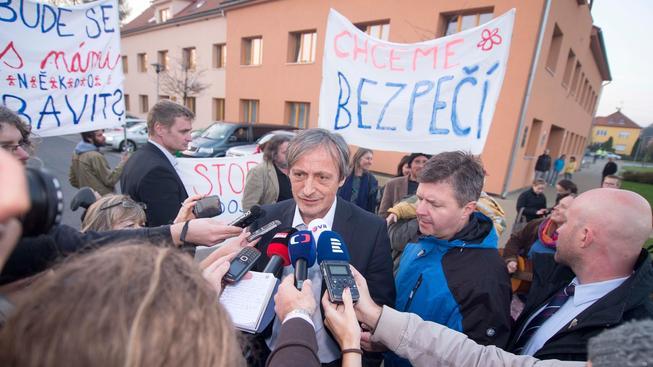 Po říjnovém výbuchu muničního skladu obce proti jeho další existenci v okolí začaly protestovat. Podle ministra obrany Martina Stropnického (na snímku), se munice začne co nejdříve odvážet do vojenského skladu v Květné.