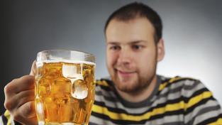 Pivo si v hospodě objednají čtyři z pěti mužů.