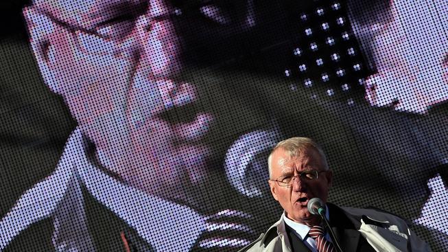 Vojislav Šešelj hned po návratu do Bělehradu promluvil ke svým přiznivcům