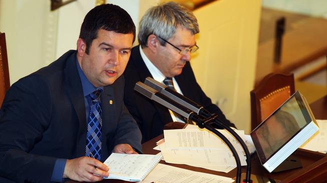 Předseda sněmovny Jan Hamáček (ČSSD) při řízení schůze, po boku má místopředsedu Vojtěcha Filipa (KSČM)