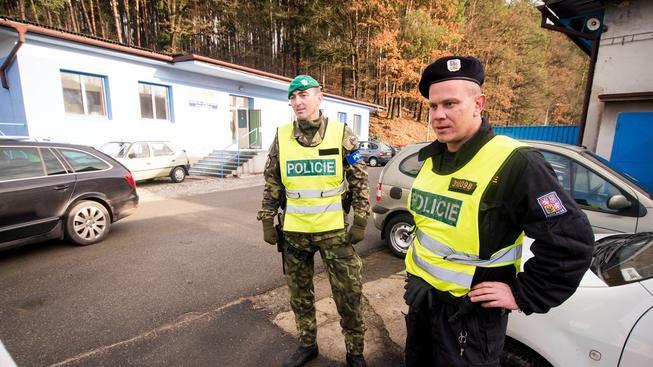 Policisté hlídají vstup do areálu muničního skladu ve Vrběticích na Zlínsku