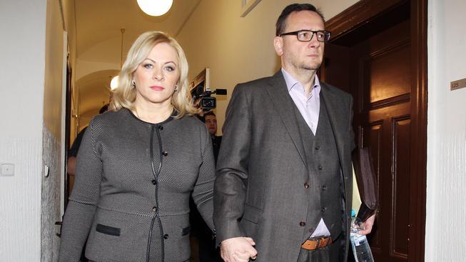 Jana Nagyová se svým manželem Petrem Nečasem přicházejí k soudu