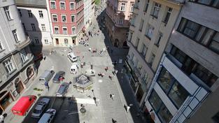 Pšeja si pořídil byt v lukrativní lokalitě přímo v centru města, na rohu Solniční a České ulice