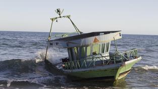 Uprchlíci často brázdí moře na vratkých bárkách