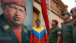 Maduro se obklopil armádními špičkami a obrazem zesnulého vůdce Cháveze