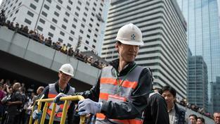 Čínská policie začala rozebírat barikády v Hongkongu