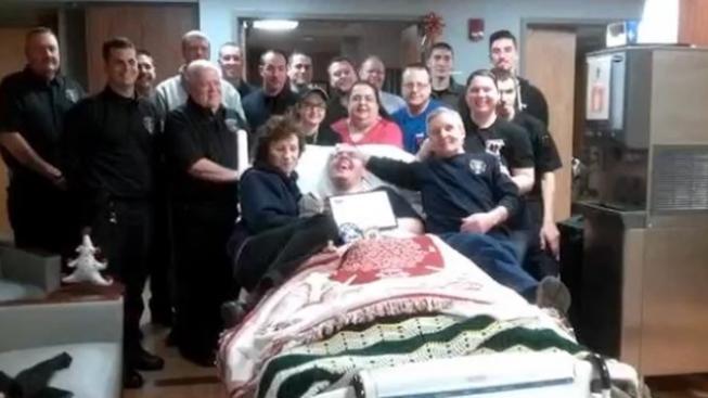 Jonathan Davis. který umírá na rakovinu, si přál k Vánocům nášivky od všech hasičských sborů ve státu New York.