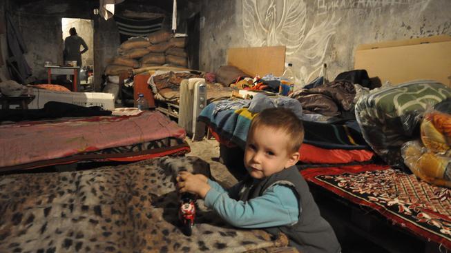Lidé v ostřelovaném Doněcku a jeho okolí žijí měsíce ve vlhkých krytech ze sovětských časů. Člověk v tísni jim dodává potravinové balíčky