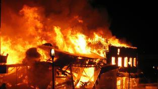 Podle některých indicií by za požárem mohly stát neonacistické bojůvky