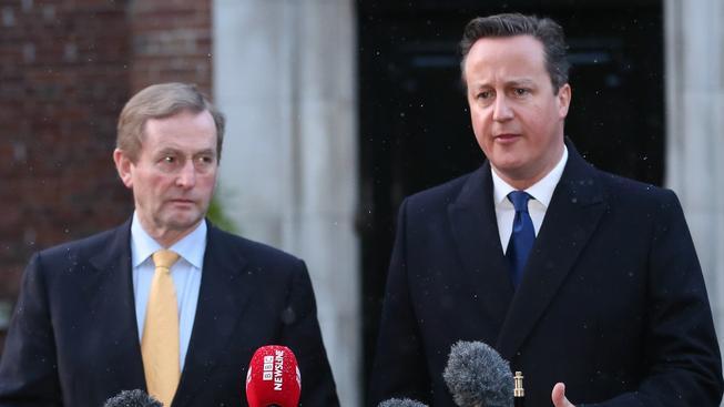 Irský premiér Enda Kenny a britský ministerský předseda David Cameron po jednání v Belfastu