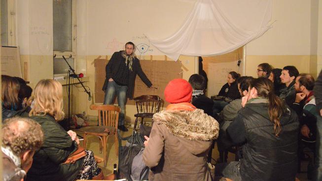 Lidé z občanské iniciativy KLIniKA chátrající budovu uklidili a zřídili zde improvizované komunitní centrum.