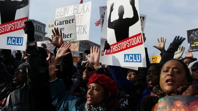 Desetitisíce lidí protestovaly proti policejnímu násilí. Ve Washingtonu mimo jiné odkazovali k tomu, že se podle některých svědectví Michael Brown před střelbou policistovi vzdával