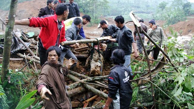 Po sesuvu půdy se stále pohřešuje 80 lidí, do záchranných akcí se zapojilo přes 2000 lidí.