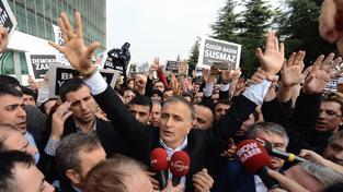 Fethullaha Gülena přišly před budovu redakce podpořit stovky lidí.