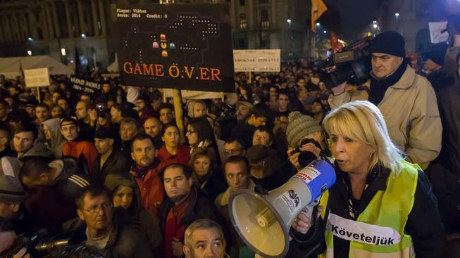 Masové protesty v Budapešti nedávno vyvolal záměr Orbánovy vlády zpoplatňovat internet