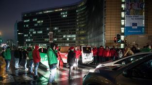 Belgičtí stávkující demonstrují před bruselskou centrálou EU.