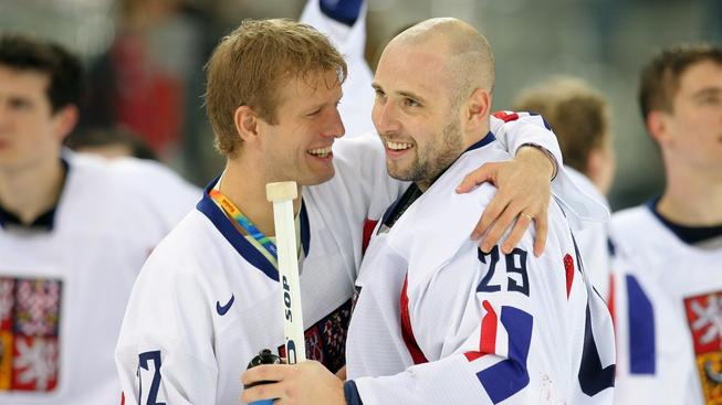 Tomáš Vokoun se raduje ze zisku bronzové medaile na OH v Turíně