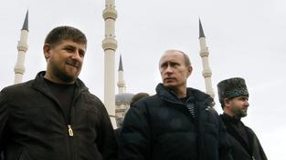 Kadyrov a Putin v Grozném v roce 2008. Za nimi je tehdy nově otevřená centrální mešita