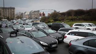 Pařížští taxikáři blokádou protestovali proti službě Uber