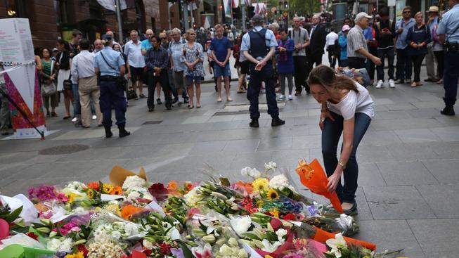 Lidé truchlí na místě neštěstí, na Martin Place v Sydney
