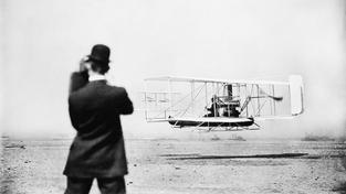 Wilbur Wrigh startuje s letadlem, které postavil s bratrem Orvillem