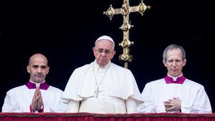 Papež František pronáší vánoční poselství z balkonu svatopetrské baziliky v Římě