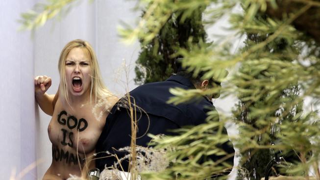 Členka hnutí Femen vtrhla do svatopetrské baziliky a zaútočila na jesličky