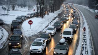 V savojských Alpách uvízly v noci tisíce aut