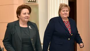 Lotyšská premiérka Laimdota Straujumová (vlevo) se svou norskou kolegyní Ernou Solbergovou