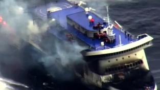 Loď Norman Atlantic začala hořet v neděli ráno.